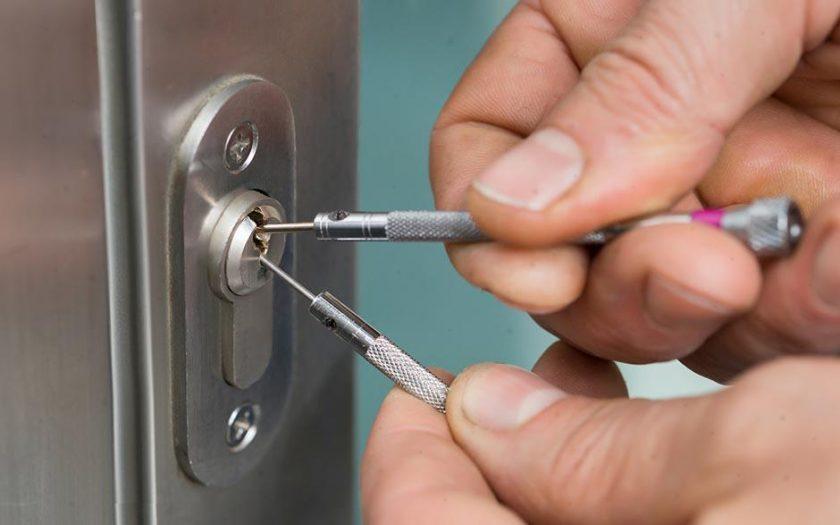 Comment ouvrir une porte fermée sans clé ?