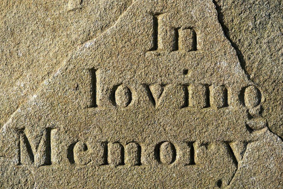 Combien de temps faut-il pour graver ou installer une pierre tombale ?